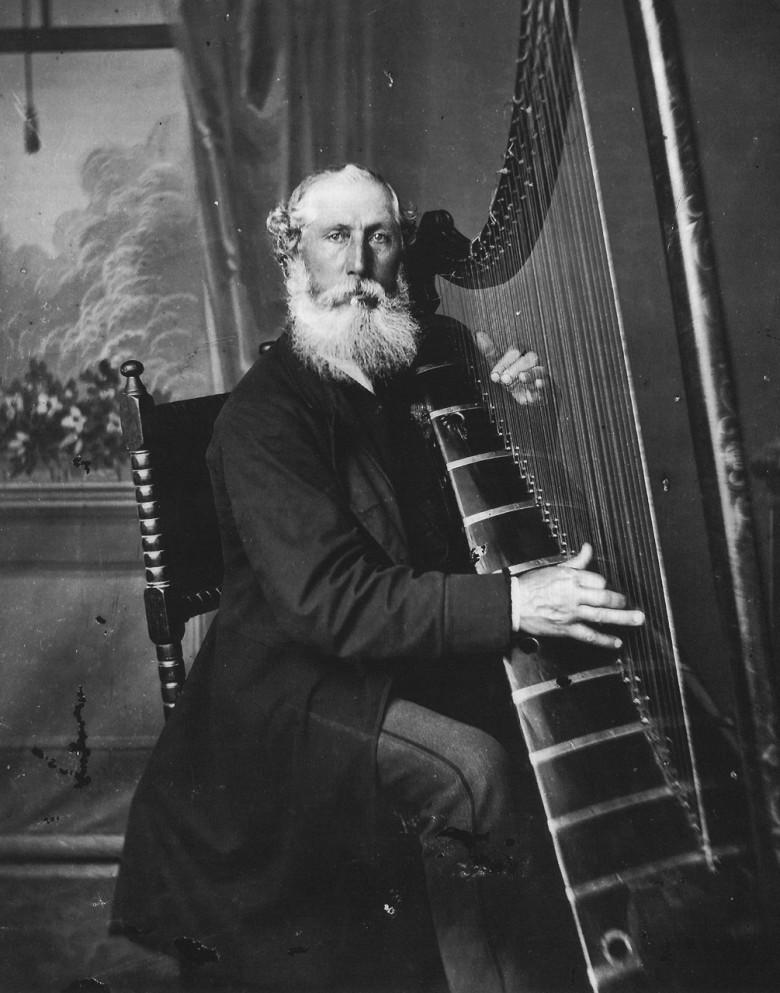 John Roberts an der Welsh Triple Harp